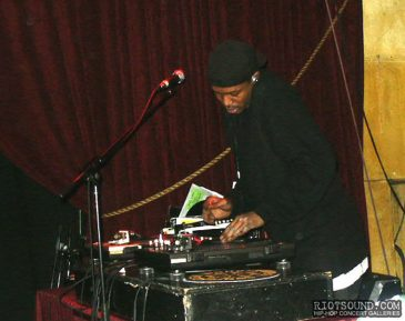2_DJ_On_The_Turntables