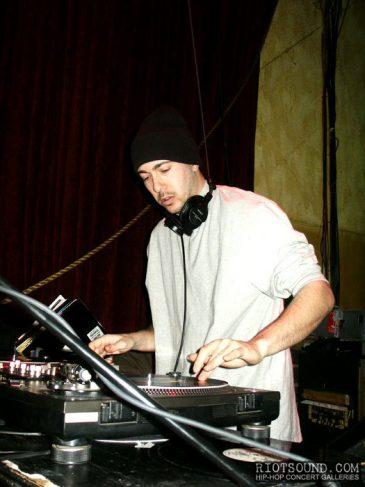 2_DJ_Scratching